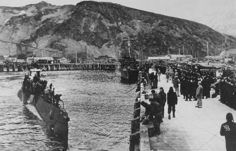 Подлодка возвращается из патрульного плавания у Алеутских островов на базу ВМС США Датч-Харбор на острове Амакнак. 1944 г.