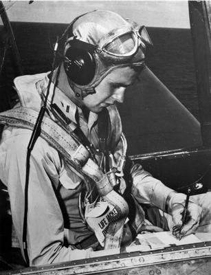 Пилот-бомбардировщик-торпедоносец Avenger из 51-й торпедной эскадрильи авианосца лейтенант ВМС Джордж Герберт Уокер Буш, впоследствии 41-й американский Президент. 1944 г.