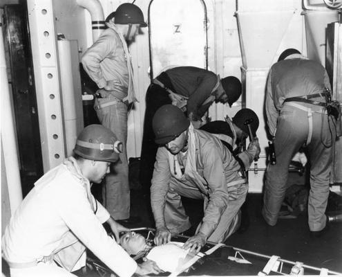 Врачи осматривают раненых на борту корабля. 1944 г.