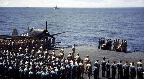 Захоронение в море на борту авианосца «Лексингтон». 1944 г.