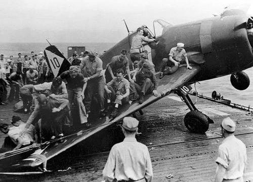 Спасение самолета на авианосце. 1944 г.