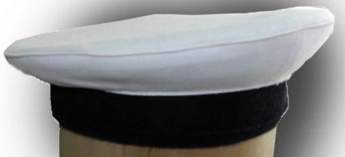 Бескозырка с белым летним чехлом.