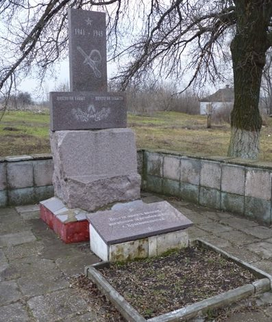 Памятники на мемориале.