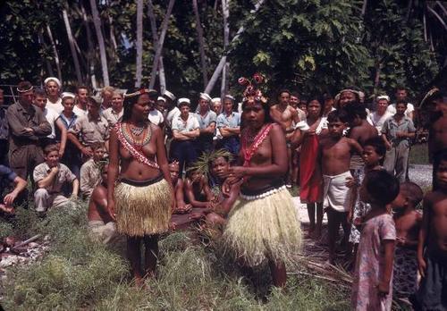 Матросы с местными жителями на Тараве. 1944 г.