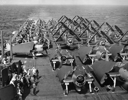 Самолеты на летной палубе авианосца «Intrepid». 1944 г.