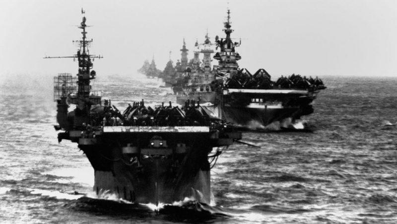 Авианосцы в кильватерном строю. 1944 г.