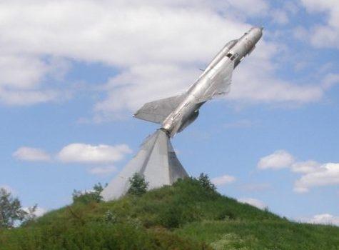 Памятник летчикам - самолет МИГ-21.