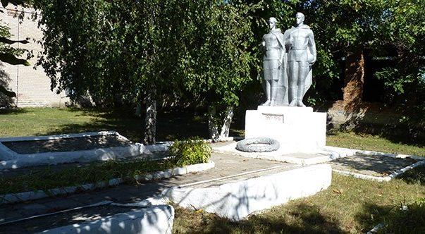 с. Лозоватка Пятихатского р-на. Памятник погибшим односельчанам.