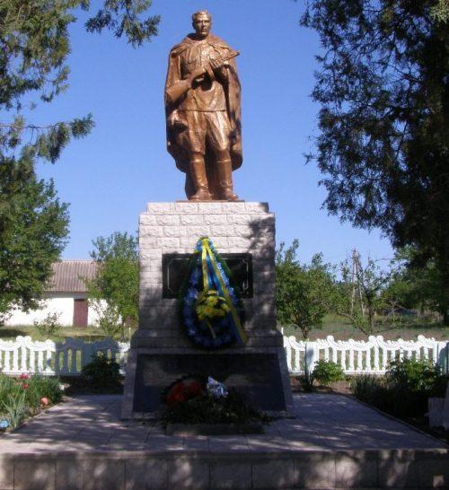 с. Марьяновка Пятихатского р-на. Памятник, установленный на братской могиле воинов и плиты с именами воинов-земляков.