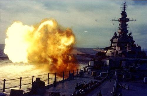 Линкор «Миссури» стреляет из 16-дюймовых орудий. 1944 г.