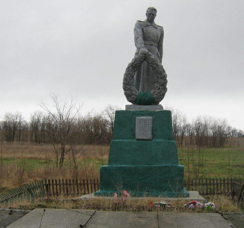 с. Михайловка Пятихатского р-на. Памятник, установленный на братской могиле 126 советских воинов.