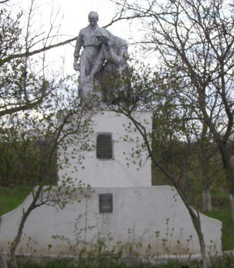 с. Нерудсталь Пятихатского р-на. Памятник, установленный на братской могиле 6 советских воинов.