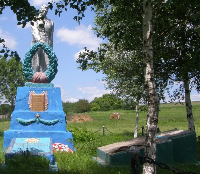 с. Плоское Пятихатского р-на. Памятник, установленный на братской могиле, в которой похоронено 17 воинов павших в р-не сел Плоское и Фастово.