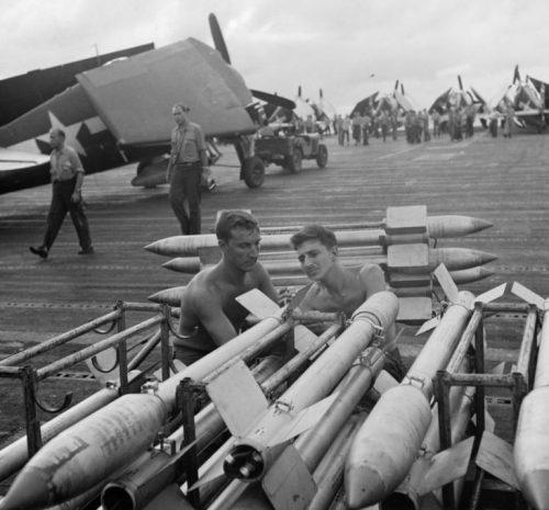 Авиатехники обслуживают 130-мм ракеты на борту американского авианосца в Тихом океане. Март 1945 г.