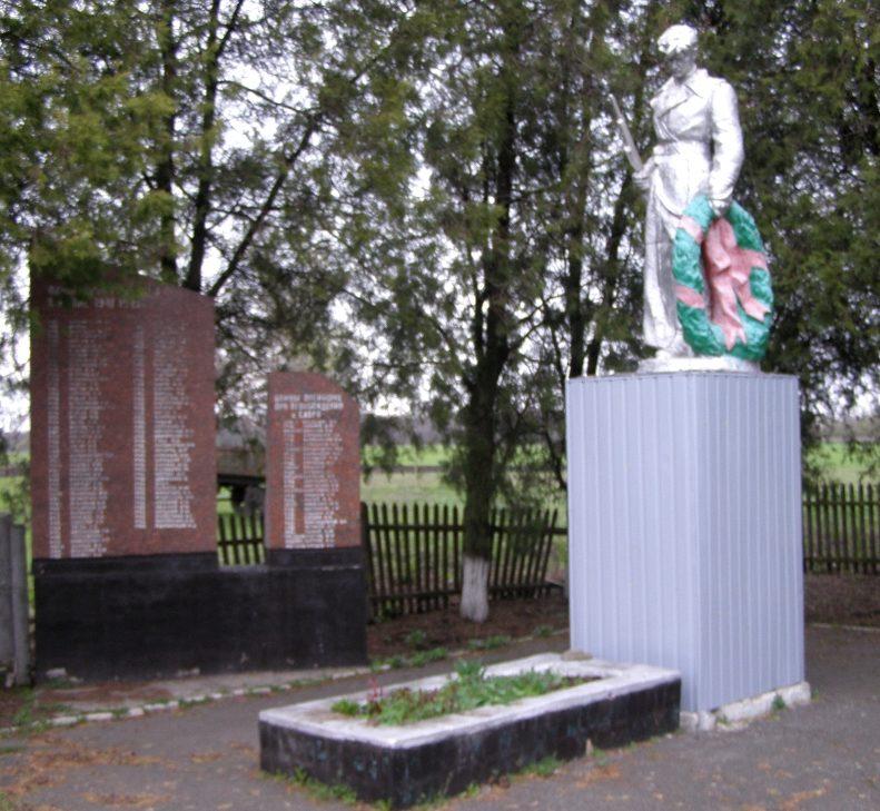 с. Савро Пятихатского р-на. Братская могила 33 советских воинов и памятный знак воинам-землякам.