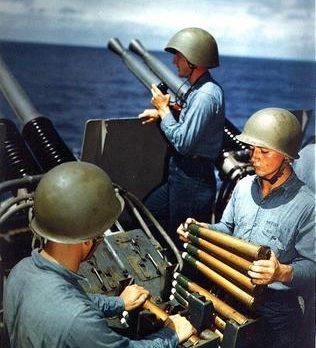 Расчет 40-мм счетверенной зенитной пулеметной установки линкора «Аляска». Март 1945 г.