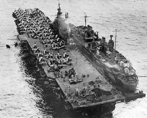 Авианосец «Randolph» рядом с ремонтным судном на атолле Улити на Каролинских островах. Март 1945 г.