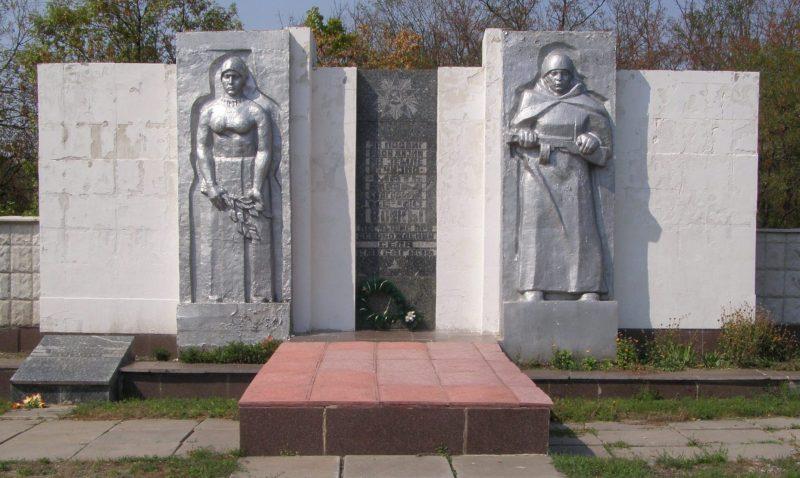 с. Саксагань Пятихатского р-на. Памятник, установленный на братской могиле, в которой похоронено 160 советских воинов.