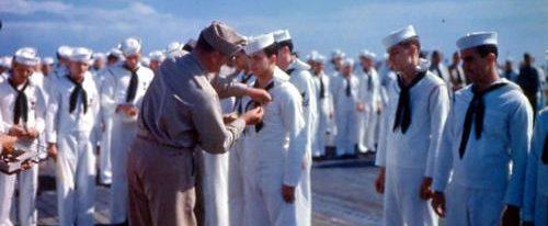 Награждение на палубе авианосца «Франклин» в Бруклинской военно-морской верфи. Марта 1945 г.