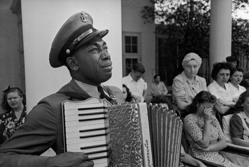 Известный музыкант - главный cтаршина ВМФ США Грэм Джексон оплакивает умершего президента Франклина Рузвельта. 13 апреля 1945 г.
