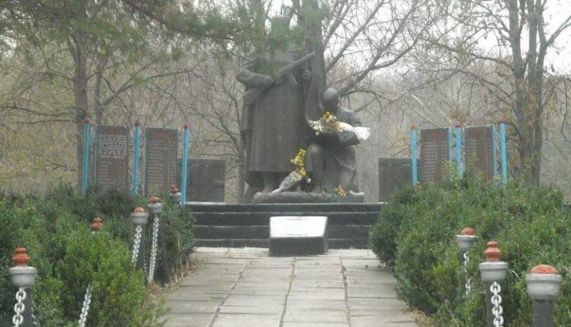 с. Троицкое Пятихатского р-на. Памятник, установленный на братской могиле, в которой похоронено 30 советских воинов.
