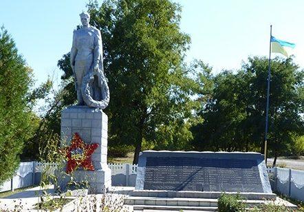 с. Яковлевка Пятихатского р-на. Памятник, установленный на братской могиле воинов, погибших в боях за село и памятный знак погибшим односельчанам.
