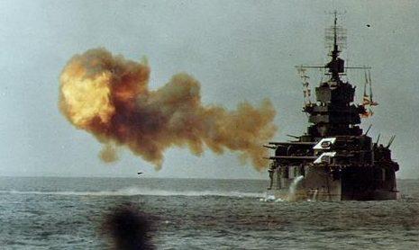 Линкор «Idaho» обстреливает Окинаву. Апрель 1945 г.