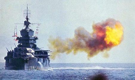 Линкор «Айдахо» бомбардирует Окинаву. Апрель 1945 г.
