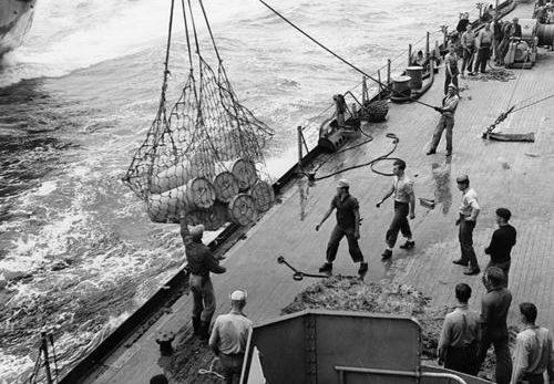 Погрузка боеприпасов на линкор «Indiana». Окинава, апрель 1945 г.