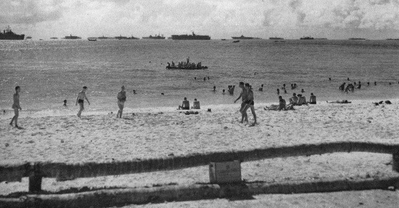 Моряки купаются в Тихом океане в Улити. Апрель 1945 г.
