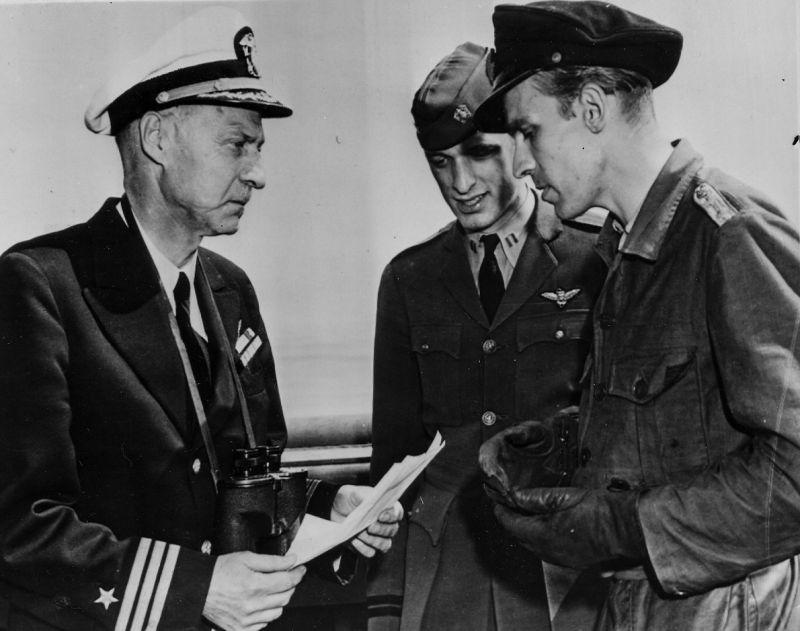 Коммандер ВМС США Д. П. Норфлит принимает документы о капитуляции у командира подводной лодки Кригсмарине U-858 капитана-лейтенанта Тило Боде. Май 1945 г.