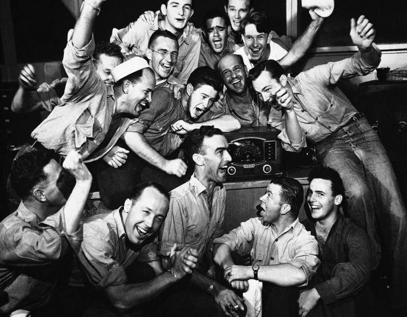 Моряки в Перл-Харборе радуются радиосообщению о капитуляции Японии. Август 1945 г.