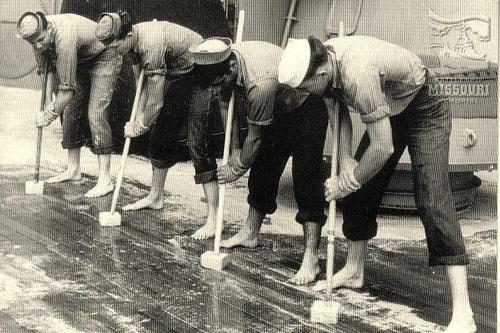 Зачистка палубы линкора «Миссури». Сентябрь 1945 г.