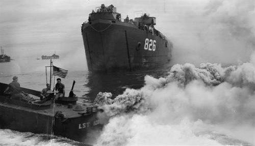 Постановка дымовой завесы. Окинава 1945 г.
