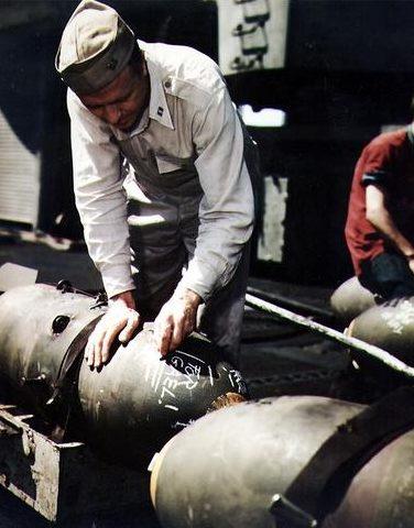 Бомбы Decoratign на борту авианосца «Беннингтон». 1945 г.