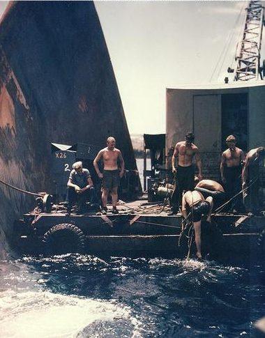 Водолазы работают над ремонтом носа тяжелого крейсера «Pittsburgh». 1945 г.