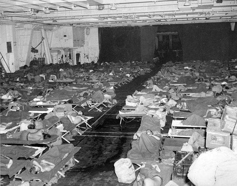 Моряки во время возвращения в США на борту авианосца «Intrepid». 1945 г.