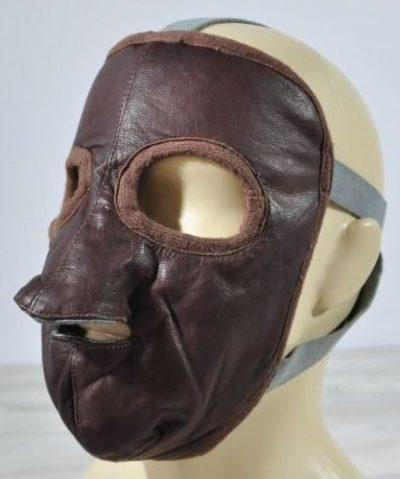 Кожаная защитная маска пилота РККА. Использовалась в начале войны на самолётах с открытой кабиной, такие как бомбардировщик ТБ-3 истребители И-15 и И-16.