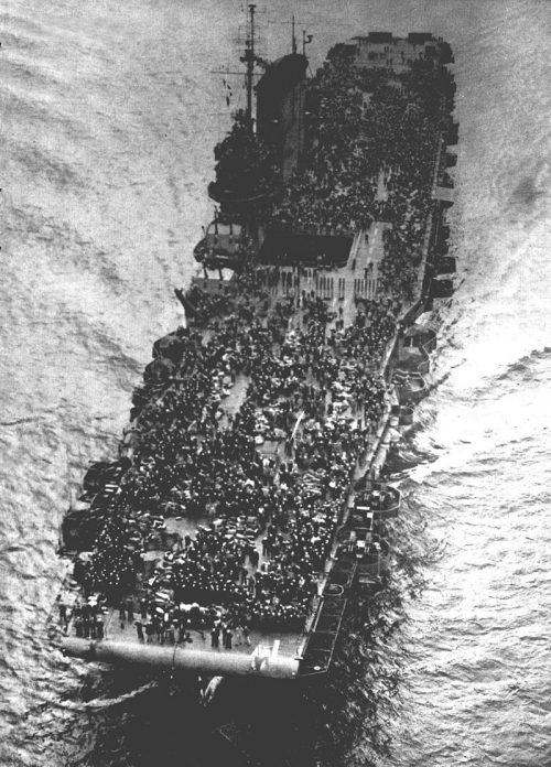 Авианосец «Saratoga» в качестве войскового транспорта возвращает в США около 30 тысяч военнослужащих с Тихого океана. 1945 г.