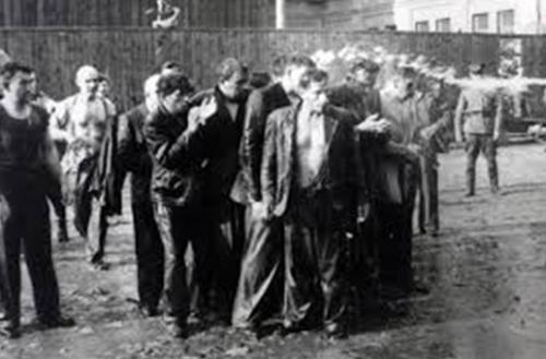 Пытки евреев водой во время погрома. 25-27 июня 1941 г.