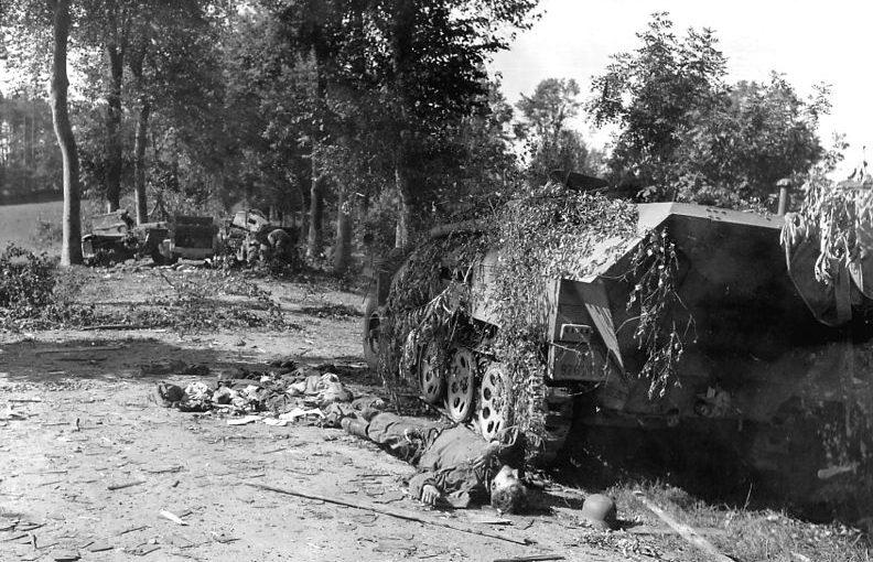 Разбитая немецкая бронетехника после операции «Люттих».