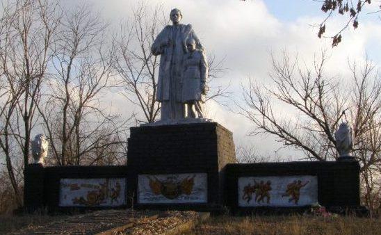 с. Авдотьевка Софиевского р-на. Памятник, установленный в 1957 году на братской могиле, в которой похоронено 17 советских воинов, погибших в боях за село.
