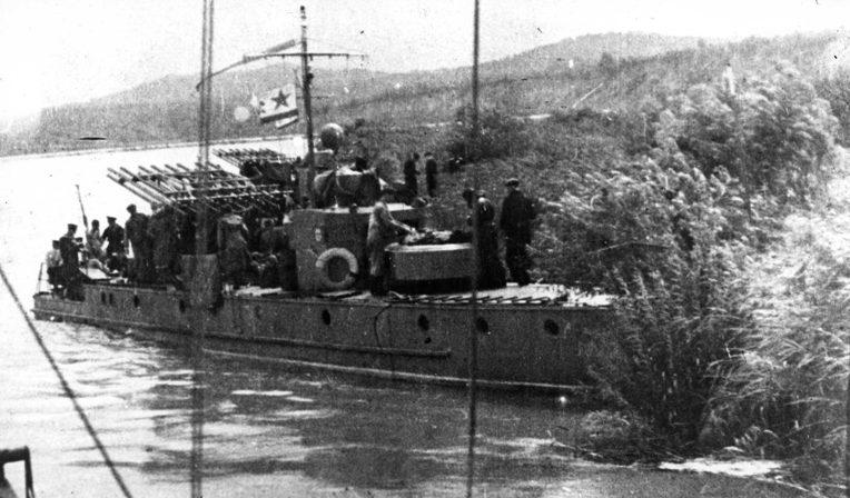 Бронекатера Днепровской военной флотилии с реактивными установками.