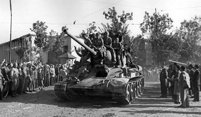Советские войска входят в Бухарест.