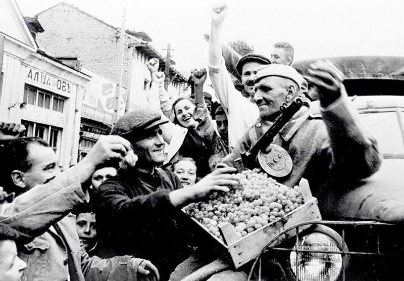 Население Болгарии встречает красноармейцев цветами и хлебом-солью.