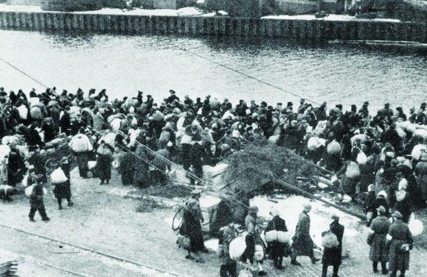 Беженцы в порту в ожидании эвакуации.