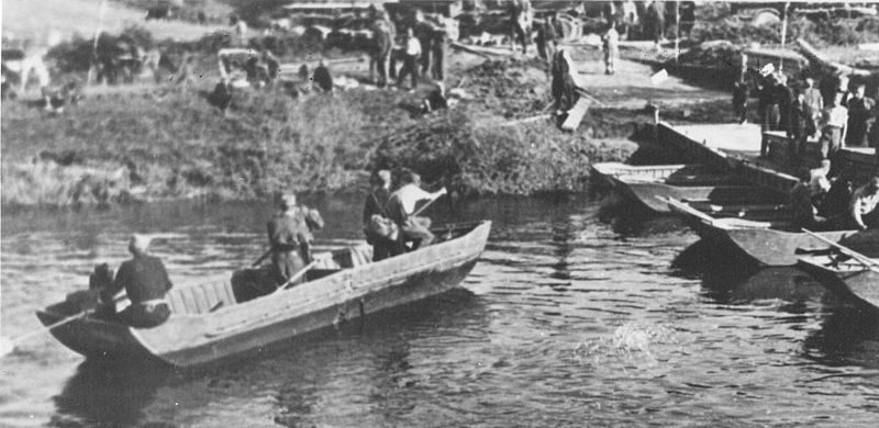 Солдаты 3-й ударной дивизии переправляются через реку Добра.