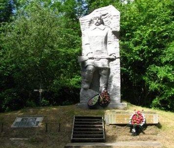Каменский р-н. Памятник партизанам Холодного Яра.