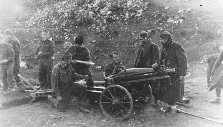 Артиллерия 3-й ударной дивизии на позиции под Сараево в 1945 году.