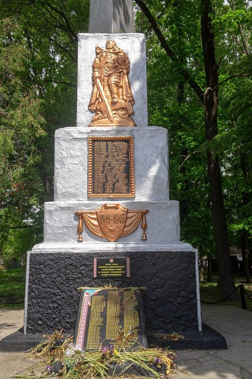 с. Будище Лысянского р-на. Памятник воинам-односельчанам.
